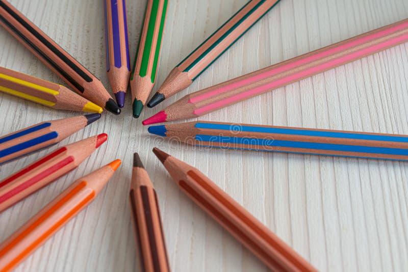 Bästa sikt av flera kulöra blyertspennor för skola, i cirkel arkivbilder