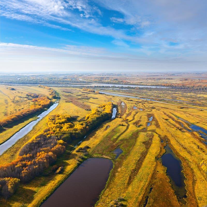 Bästa sikt av flod-landet av floden i höst royaltyfri bild