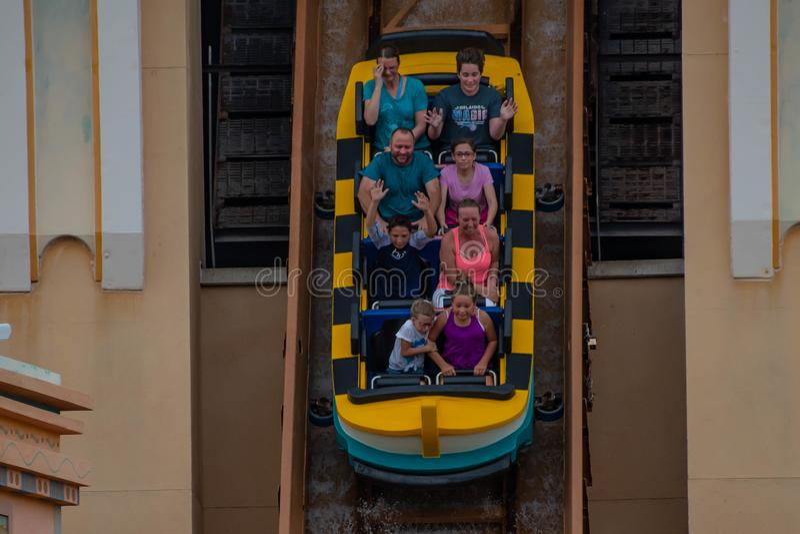 Bästa sikt av folk som tycker om resor till Atlantis på Seaworld 5 arkivfoton
