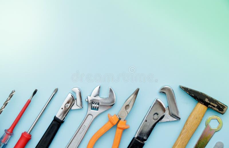 Bästa sikt av funktionsdugliga hjälpmedel, skiftnyckel, hålighetskiftnyckel, hammare, screwd royaltyfria foton