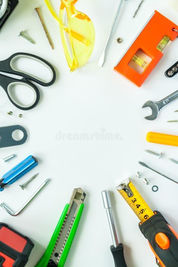 Bästa sikt av funktionsdugliga hjälpmedel, skiftnyckeln, skruvmejseln, nivån, måttbandet, bultar och säkerhetsexponeringsglas på  royaltyfria foton