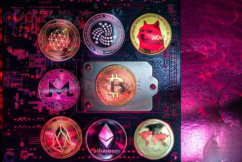Bästa sikt av fysiska mynt för populär cryptocurrency fotografering för bildbyråer