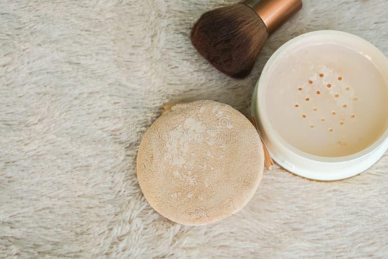 Bästa sikt av genomskinligt pulver med borsten och puffen som ska utgöras för skönhet arkivbilder