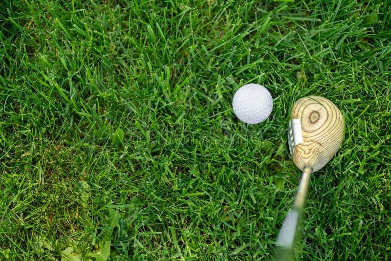 Bästa sikt av golfklubben och bollen royaltyfria foton