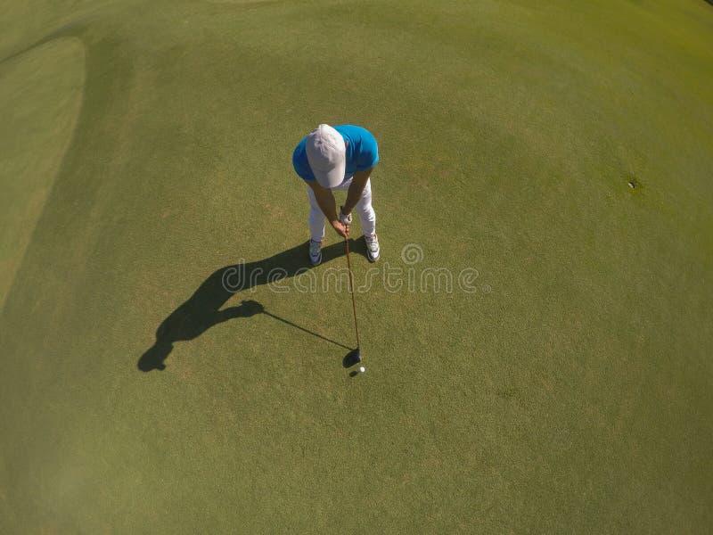 Bästa sikt av golfspelaren som slår skottet royaltyfri bild