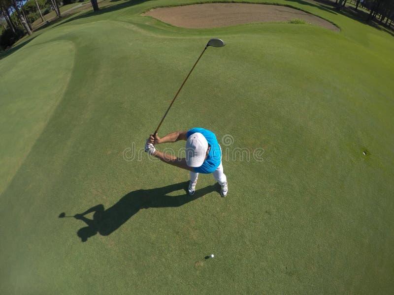Bästa sikt av golfspelaren som slår skottet royaltyfri fotografi