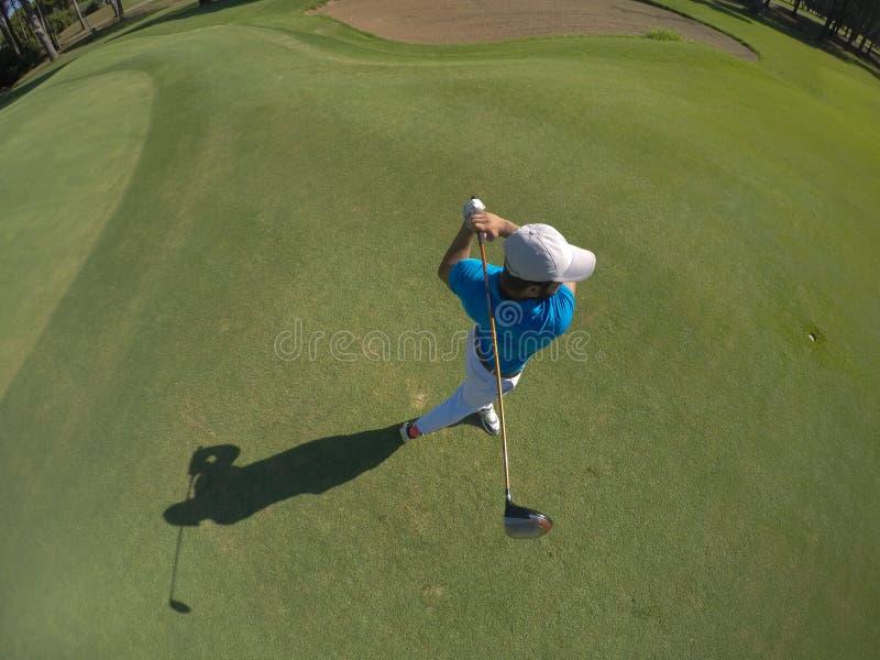 Bästa sikt av golfspelaren som slår skottet arkivbilder
