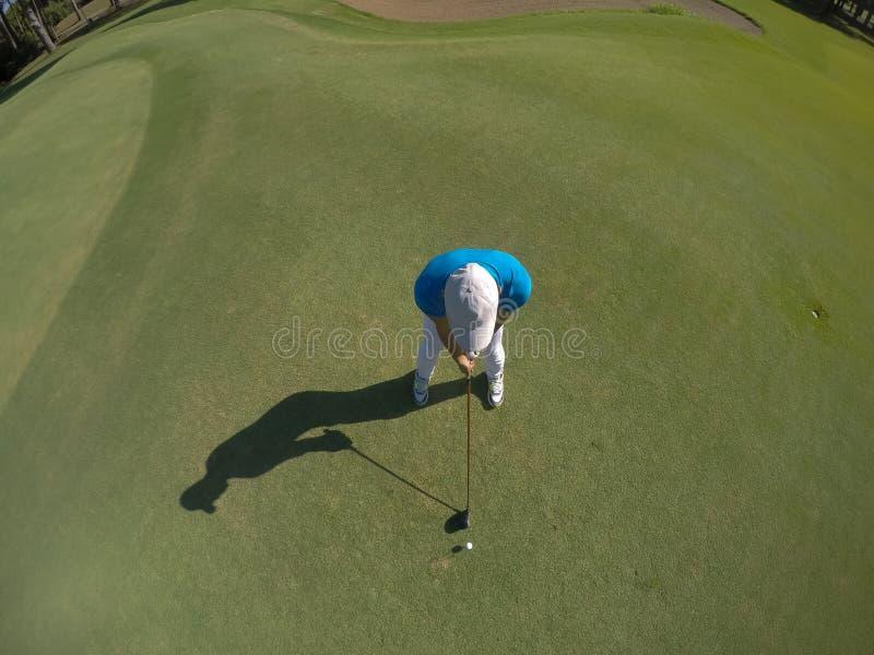 Bästa sikt av golfspelaren som slår skottet royaltyfri foto