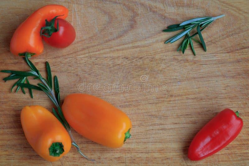 Bästa sikt av grönsaker på ett träbräde arkivfoton