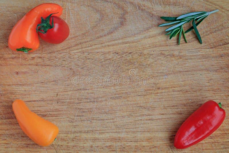 Bästa sikt av grönsaker på ett träbräde arkivfoto