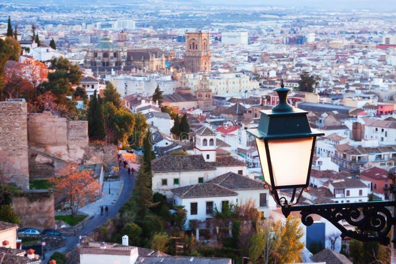 Bästa sikt av Granada i afton arkivfoton