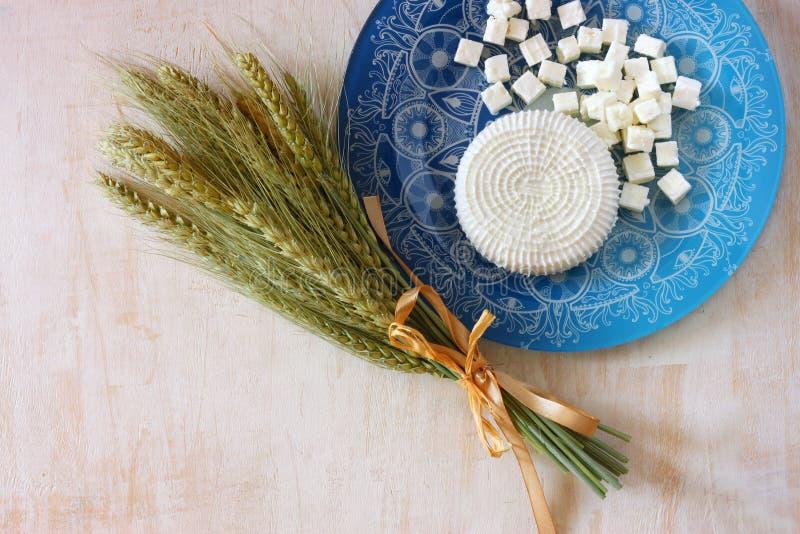Bästa sikt av grekisk ost och bulgarian ost på trätabellen över trätexturerad bakgrund Symboler av judisk ferie - Shavuot royaltyfria bilder