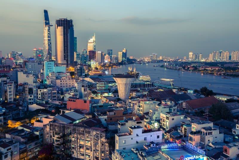 Bästa sikt av Ho Chi Minh City på nattetid arkivfoton