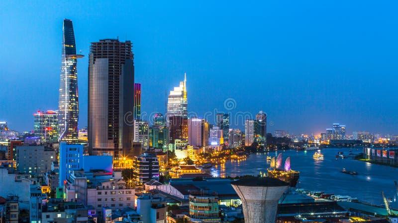 Bästa sikt av Ho Chi Minh City på nattetid arkivbilder