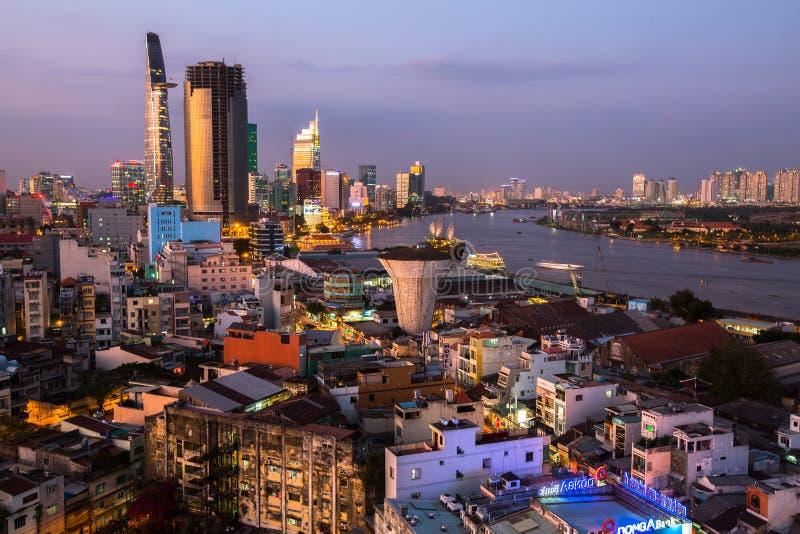 Bästa sikt av Ho Chi Minh City (Saigon) på nattetid arkivfoto
