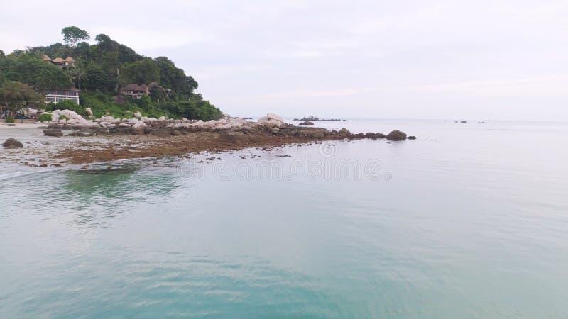 Bästa sikt av hotellet vid havet i Singapore skjutit Härlig solig dag som ska kopplas av Sandig strand på stranden som förbi omge arkivbilder