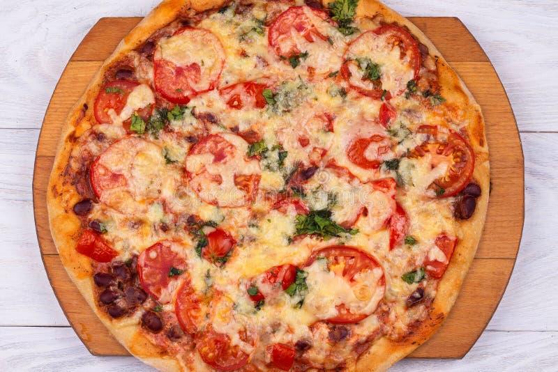 B?sta sikt av inhemsk italiensk pizza p? vit bakgrund royaltyfria bilder