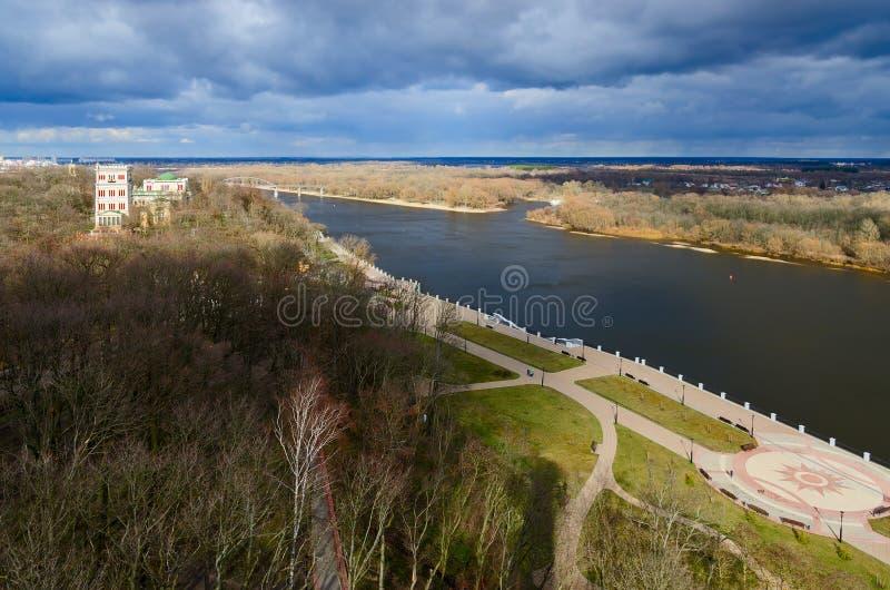 Bästa sikt av invallningen av floden Sozh, Gomel, Vitryssland royaltyfri bild