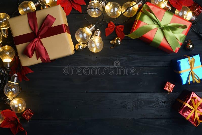 Bästa sikt av julprydnaden på svart trä kopiera avstånd arkivfoto