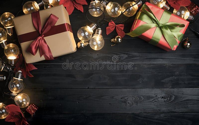 Bästa sikt av julprydnaden på svart trä kopiera avstånd royaltyfri bild