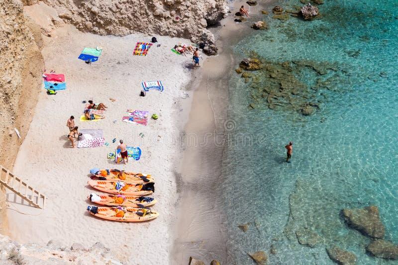 Bästa sikt av kanoter på den Tsigrado stranden i Milos ö, Cyclades, arkivfoto