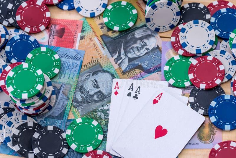 Bästa sikt av kasinochiper med fyra överdängare och australiska dollar arkivbild