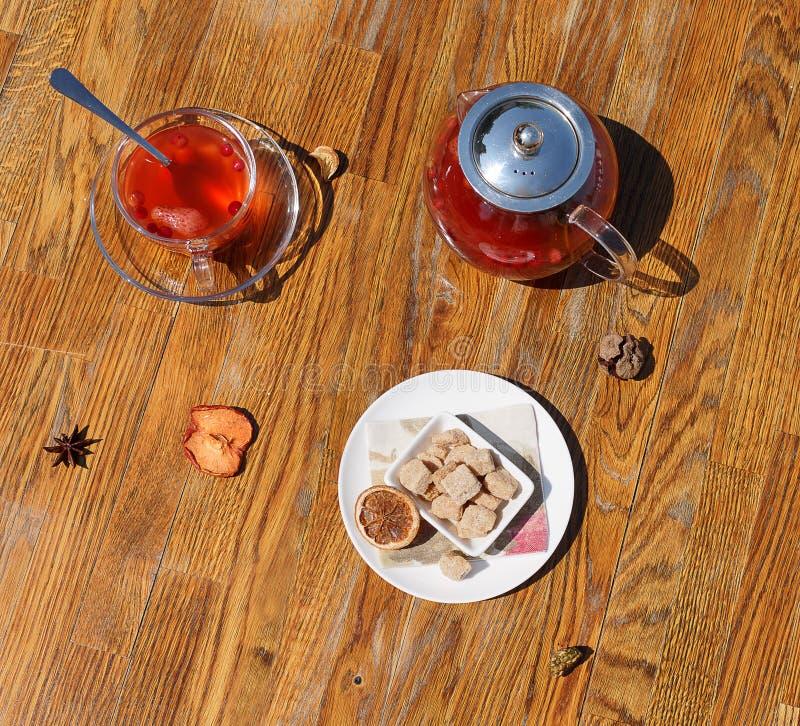 Bästa sikt av kex och te Frasiga kakor och en glass kopp av rött te på en tabellbakgrund Tekanna med bärte royaltyfri foto
