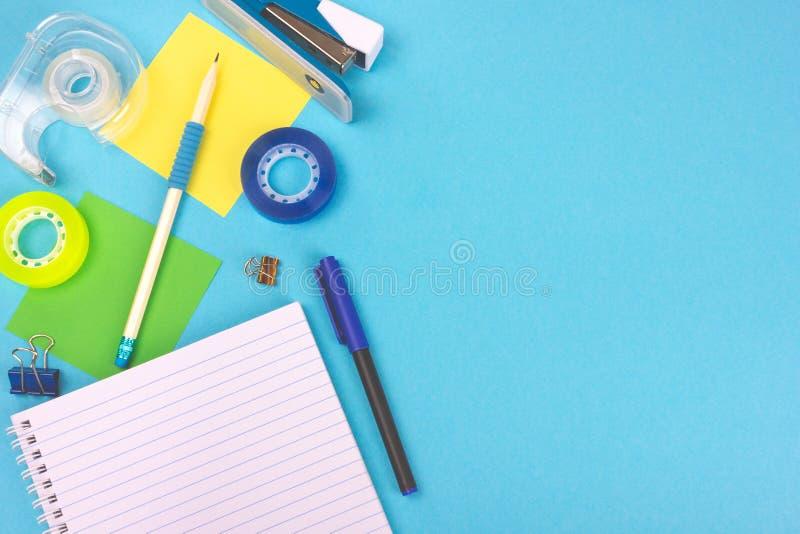 Bästa sikt av kontorsskrivbordet med skolatillförsel royaltyfria foton