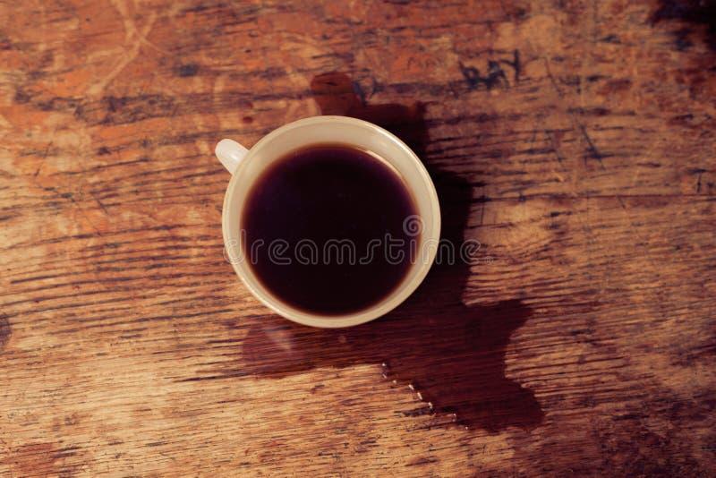 Bästa sikt av koppen med spillt kaffe runt om det royaltyfria bilder