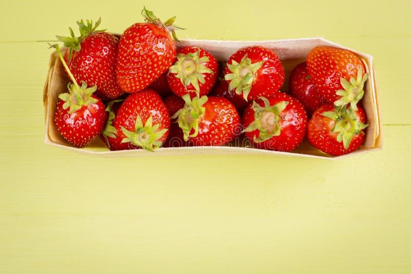 Bästa sikt av korgen med nya jordgubbar arkivfoton