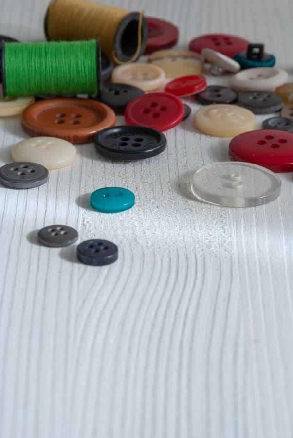 Bästa sikt av kulöra knappar och rullar royaltyfri bild