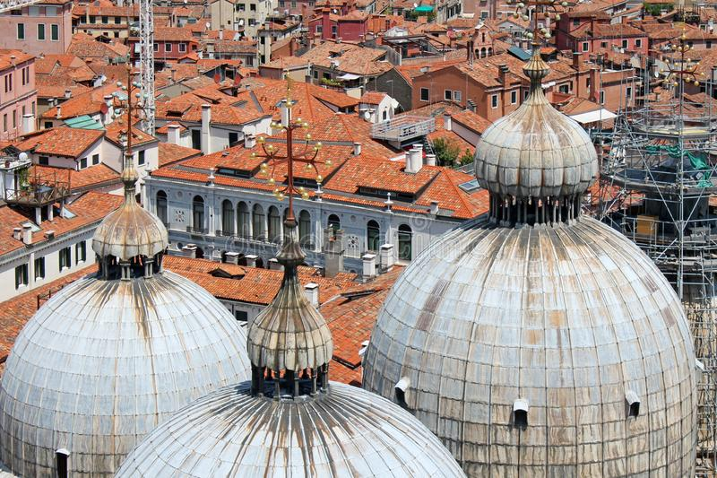 Bästa sikt av kupolerna av Sts Mark domkyrka i Venedig Italien arkivbild