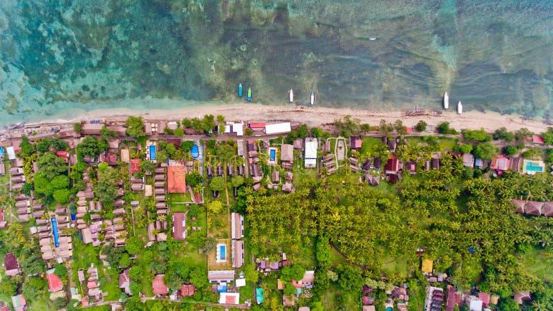 Bästa sikt av kustlinjen för blått vatten i den Gili Air ön royaltyfri bild