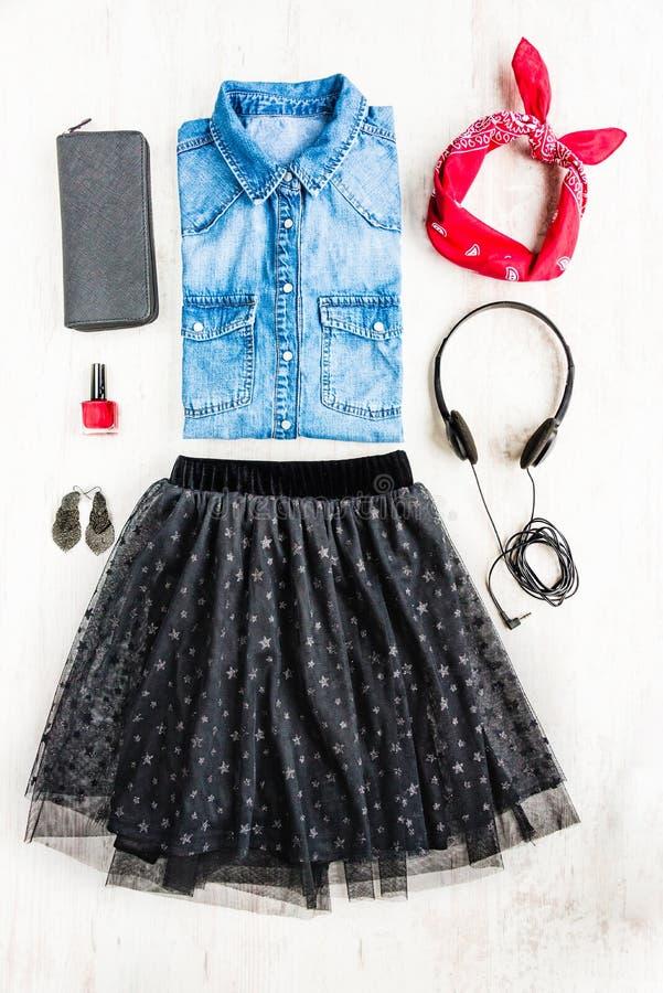 Bästa sikt av kvinnlig kläder En collage av kvinnatullkjolen, grov bomullstvillskjortan och tillbehör Trendig stads- dräkt arkivbild