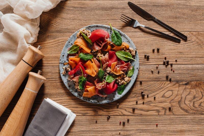 bästa sikt av läcker sallad med musslor, grönsaker och jamon arkivfoto