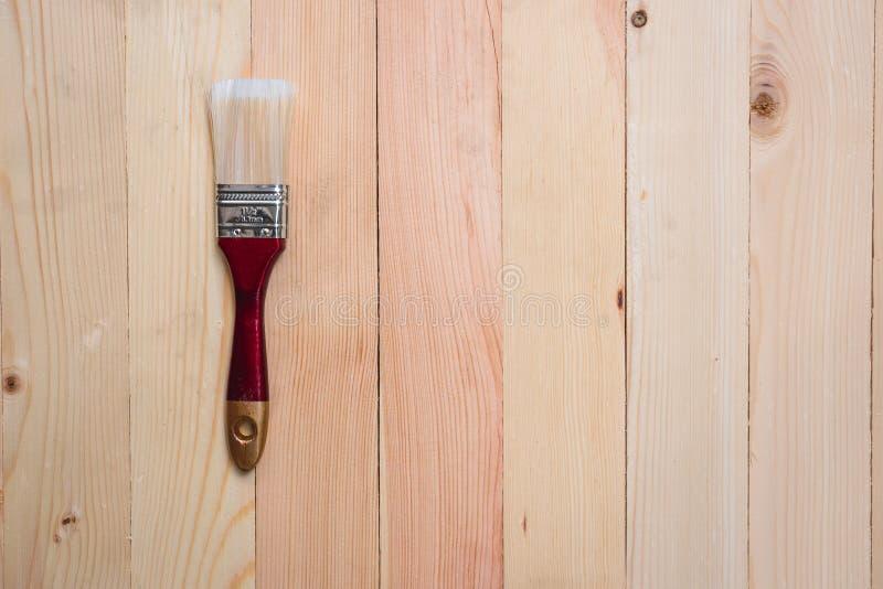 Bästa sikt av målarfärgborsten på träpaletttextur royaltyfria bilder