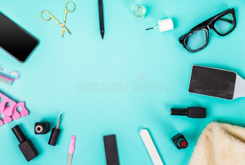 Bästa sikt av manikyr och pedikyrutrustning på blå bakgrund royaltyfri foto
