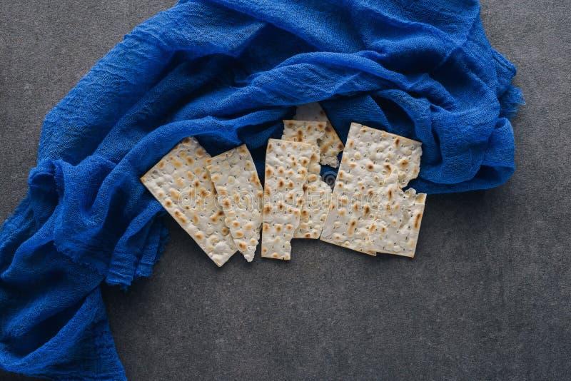 bästa sikt av matzaen på den blåa bordduken Pesah royaltyfria bilder