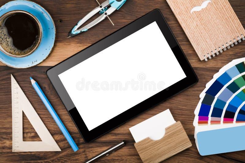 Bästa sikt av minnestavladatoren och det träbegreppet för kontorsskrivbord royaltyfria bilder