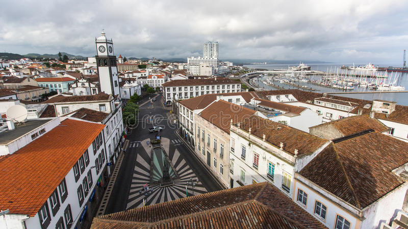 Bästa sikt av mitten av Ponta Delgada Staden lokaliseras på huvudstad för den SaoMiguel Island (233 km2) regionen under den revid royaltyfri fotografi
