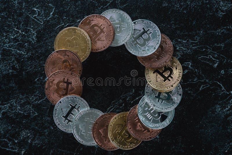 bästa sikt av ordnade bitcoins i cirkel arkivbild