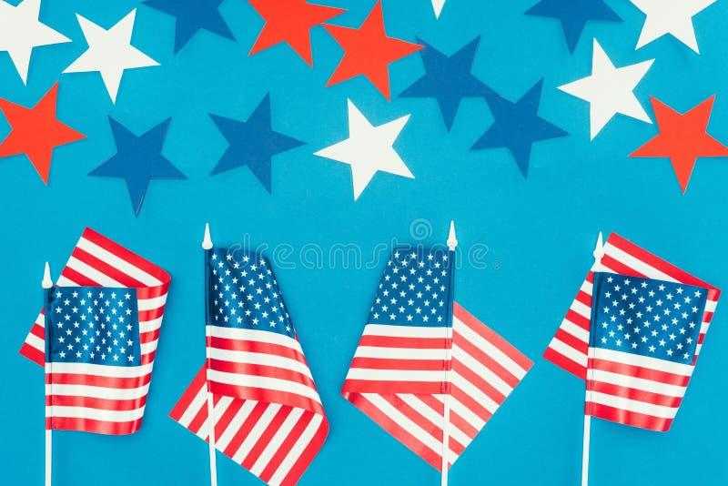 Bästa sikt av ordnade stjärnor och amerikanska flaggan som isoleras på blått royaltyfri fotografi