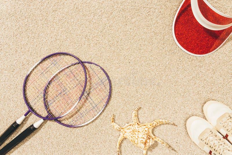 bästa sikt av ordningen av det badmintonutrustning, locket och skor arkivbilder