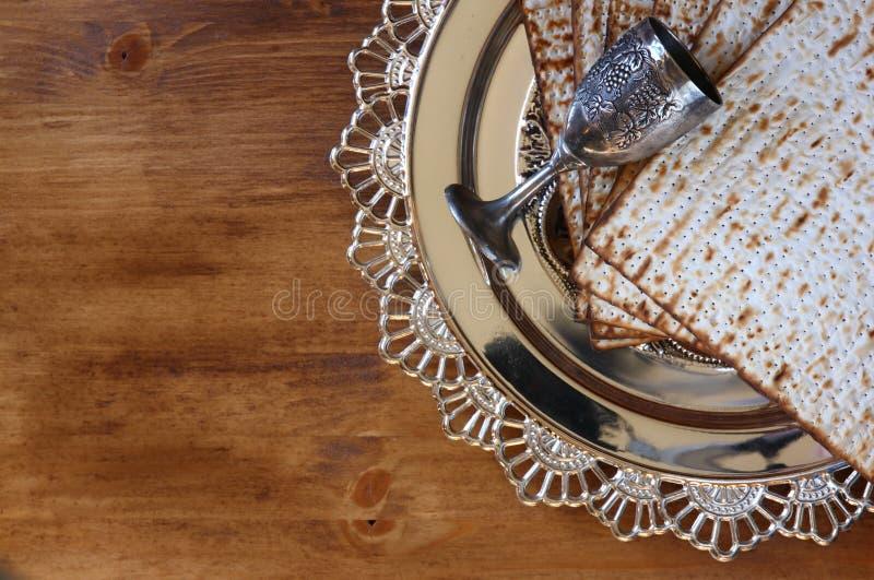Bästa sikt av påskhögtidbakgrund Matzoh (judiskt påskhögtidbröd) över träbakgrund arkivbild