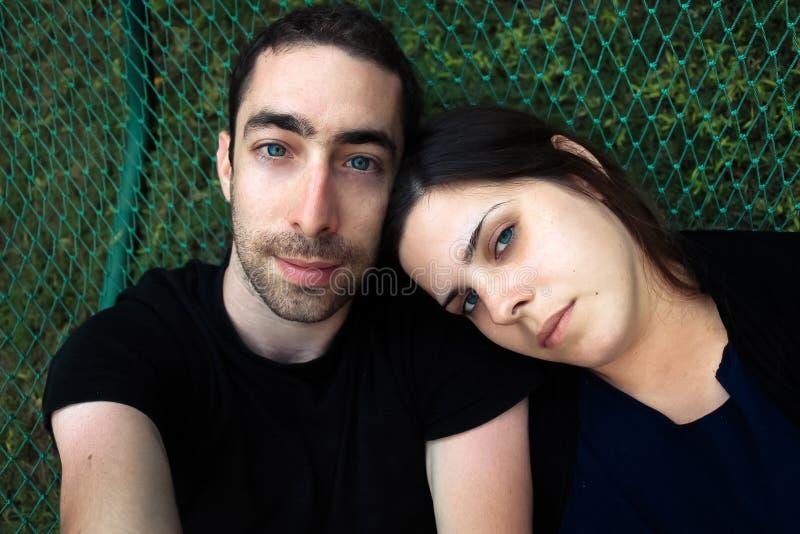 Bästa sikt av par som tillsammans kopplar av i hängmatta royaltyfri foto