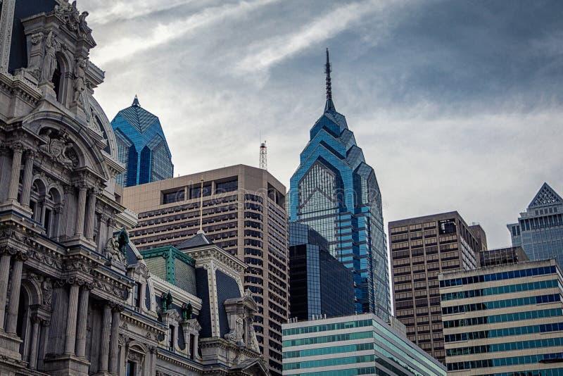 Bästa sikt av Philadelphia moderna skyskrapor och historisk byggnad av stadshuset royaltyfri bild