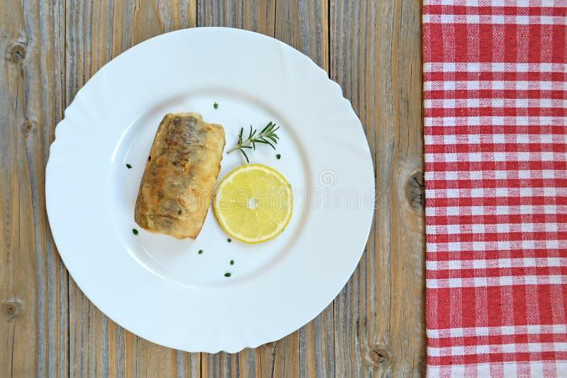 Bästa sikt av plattan med den stekte fisken arkivfoton