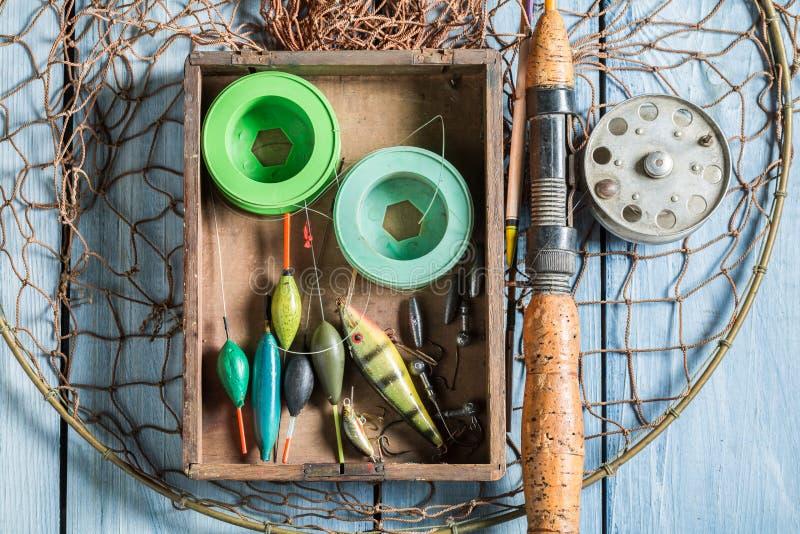 Bästa sikt av redskapfiske med flöten, stänger och krokar arkivfoton