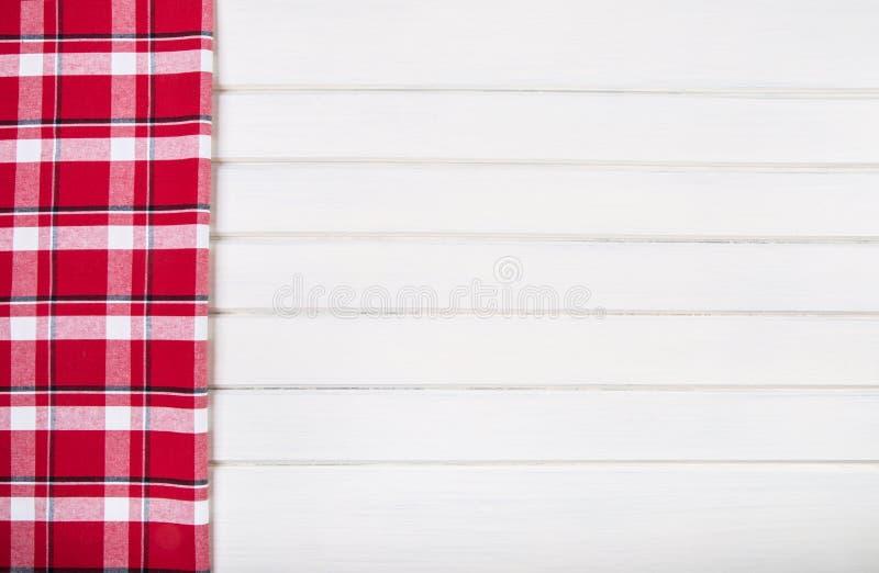 Bästa sikt av rutiga kökshanddukar på trätabellen royaltyfria foton