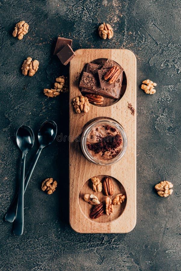 bästa sikt av söta läckra chokladefterrätter med muttrar royaltyfri fotografi